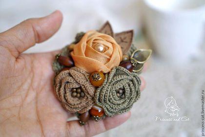 Купить или заказать Брошь 'Осенний листопад' в интернет-магазине на Ярмарке Мастеров. Романтичная, изящная брошь-букет выполнена в мягких, немного припыленных осенних оттенках, подсказанных самой природой. Цвет увядающих листьев, пожелтевшей травы, оранжевых ягод и коричневых шишек. В основе композиции три цветка - один текстильный и два вязаных, серединки которых расшиты бисером и украшены искусственной жемчужиной. Брошь собрана на вязаной основе, дополнена различными бусинами:&h...