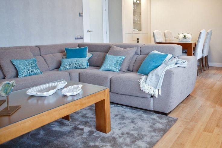 Los cojines azules resaltan sobre el sofá.