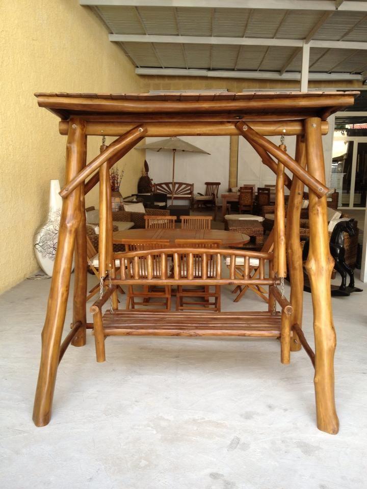 dondolo realizzato con tronchi di legno di teak