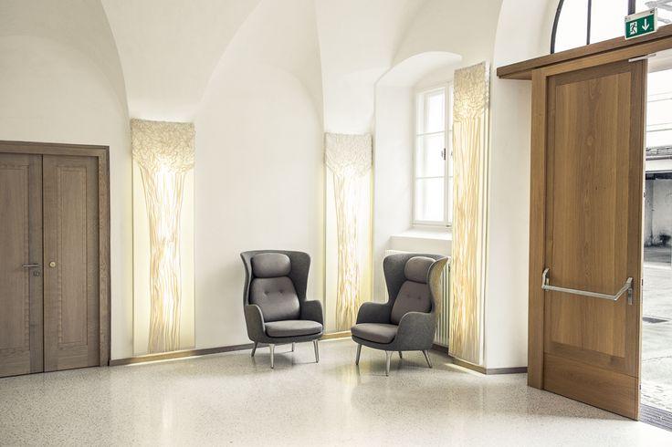 Hier laden zwei Loungesessel Ro zum Platz nehmen ein #Salzburg #Empfangshalle #hell #FritzHansen #Ro #Loungesessel #cosy #interiordesign #createidentity #area