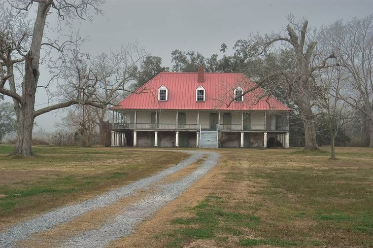 Home Place Plantation at Old River Road. Hahnville, Louisiana  Looks abandoned.