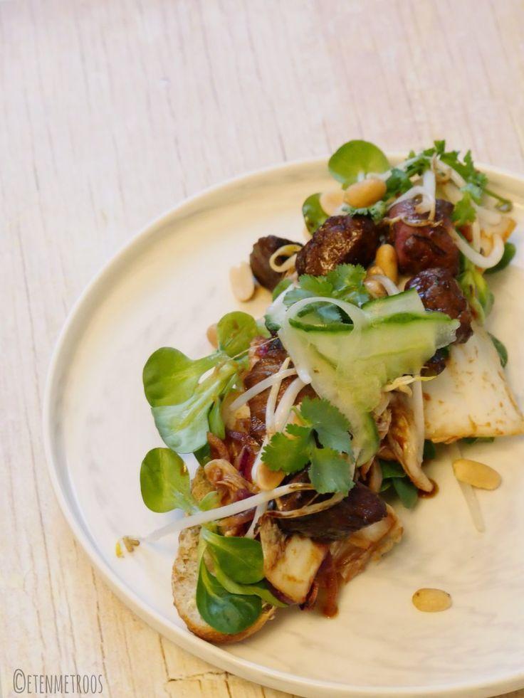 Biefstukpuntjes op een broodje met kimchi en sojasaus