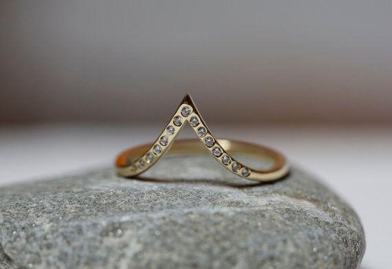 ダイヤモンドをつけたエレガントなシェブロンリング。14カラットのイエローゴールドでつくりました。リングはホワイトまたはローズゴールドでおつくりする事もできます...|ハンドメイド、手作り、手仕事品の通販・販売・購入ならCreema。