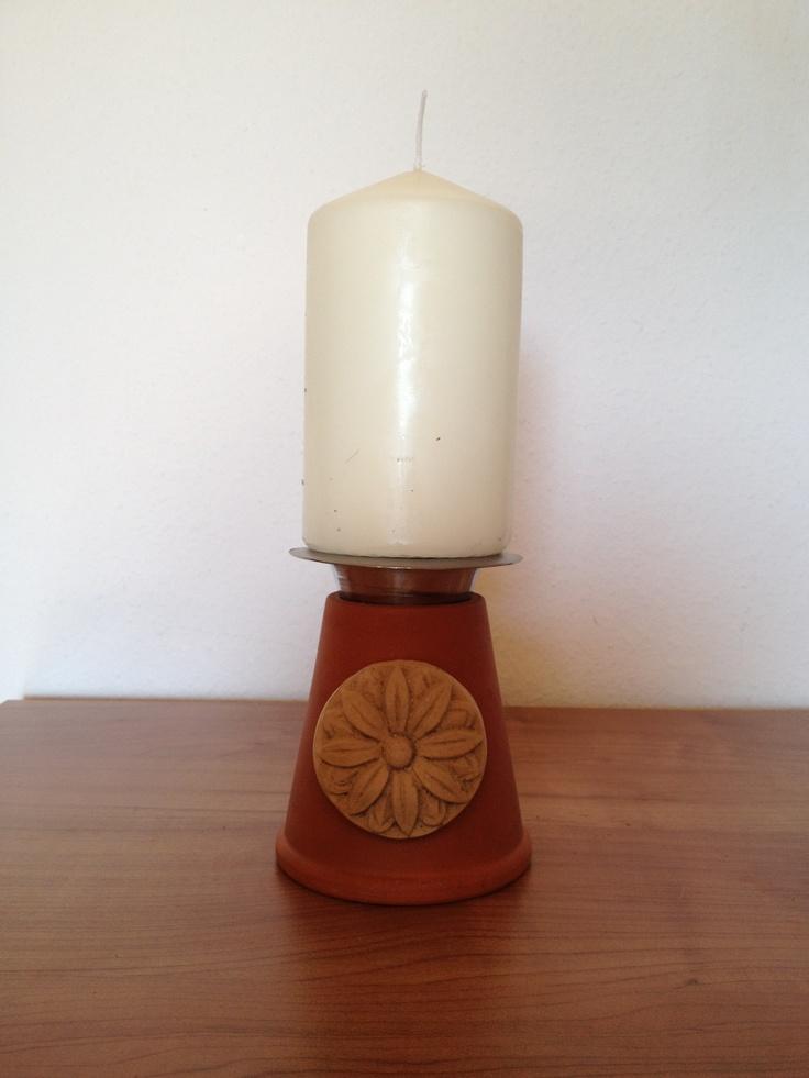 Kerzenständer aus Terrakottatopf und Eierbecher