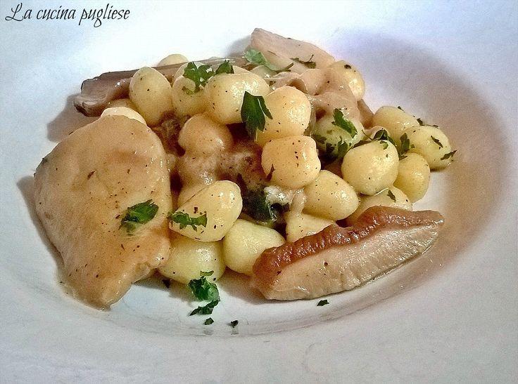Gli Gnocchi ai funghi porcini è un primo piatto facile e veloce da preparare, tanto appetitoso e cremoso nonostante non ci sia l'uso della panna. Per saperne di più: ➥ http://lacucinapugliese.altervista.org/recipe/gnocchi-ai-funghi-porcini/