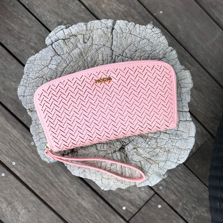 The colour pink makes everything look pretty! Pair this pink purse with your outfit and adorn your look.