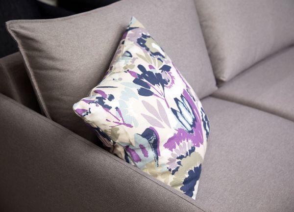💜 Sofa of the Day 💜 Hanging on to summer! 🌸 Malli / Model: Chic Kangas / Fabric: Luna 15 Silver (sofa) & Zamera Passion Flower 7534/03  #pohjanmaan #pohjanmaankaluste  #picoftheday #instapic #furnituremaker #furnituredecor