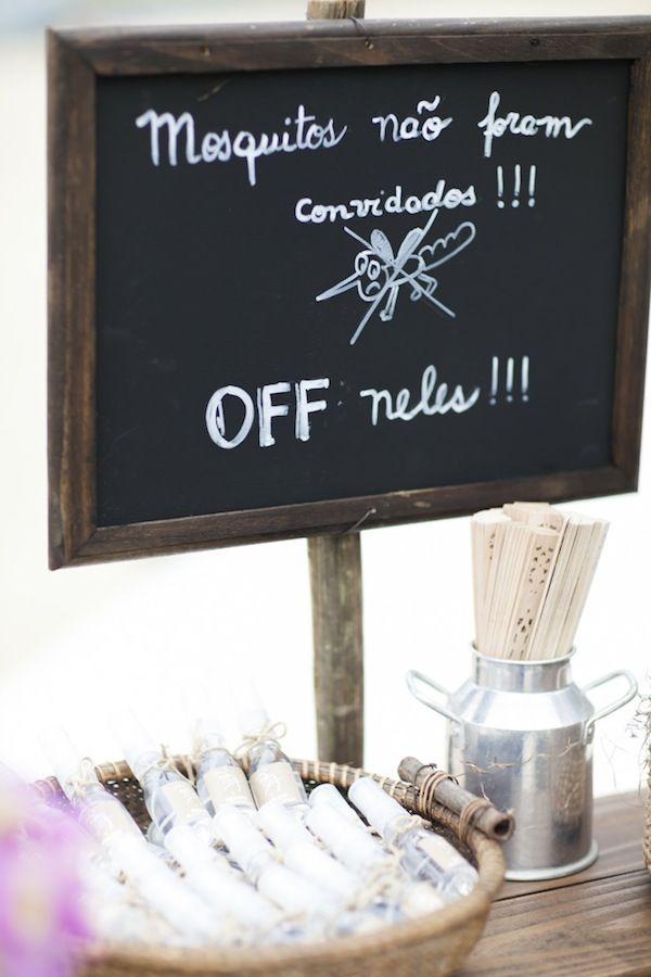 Repelentes e leques para os convidados em casamento na praia. Foto: Giselly Gonçalves