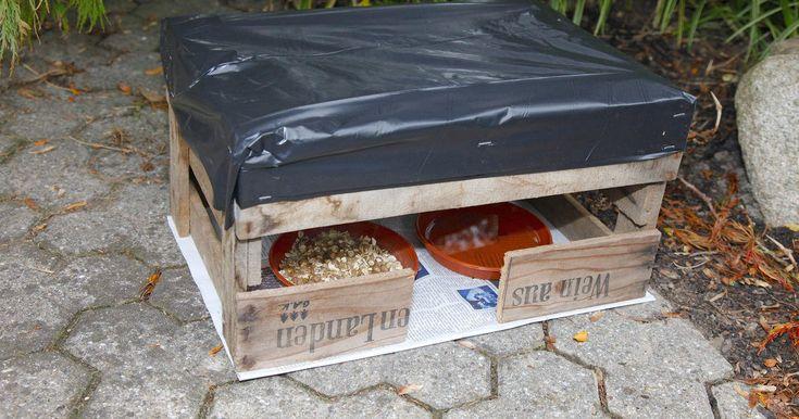 Damit Igel den Winter gut überstehen, müssen sie im Herbst viel fressen – deshalb sollte man die Tiere im Garten mit geeignetem Futter versorgen. Mit dieser einfachen Bauanleitung entsteht ein Futterhaus, das die Nahrung vor Regen und hungrigen Katzen schützt.
