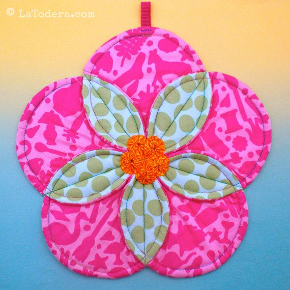 Quilted flower potholder pattern by La Todera. Easy to make DIY fabric potholder and trivet tutorial. Shown here in Kaffe Fassett and Amy Butler fabrics.