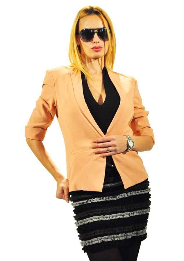 Sacou Dama Beatrice  -Sacou dama casual-elegant  -Model ce cade usor pe corp evidentiind talia  -Detaliu maneca 3/4, buzunare de efect     Lungime: 57cm  Latime talie: 36cm  Compozitie: 96%Poliester, 4%Spandex