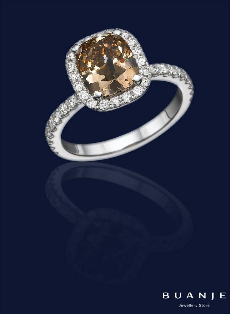 Бриллианты фантазийных цветов ценны не только в силу своей редкости: цвет, подаренный камню самой природой, бывает настолько необычен и глубок, что охарактеризовать его одним словом невозможно, а огранка и способ закрепления в украшении добавляют насыщенности или прозрачности. . Прозрачный бриллиант желто-коричневого оттенка, солирующий в нежном кольце из белого золота от BUANJE, именно такой: при ярком солнце он приобретает волшебную прозрачность и переливается всеми оттенками…