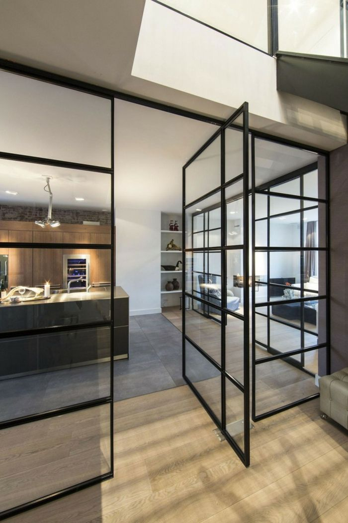 cloison en verre, grande cloison vitrée dans un appartement loft