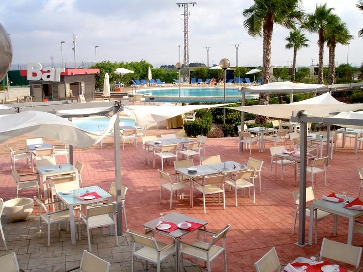 Zona de terraza para cenas en verano con las piscinas al fondo, Hotel Spa Torre Pacheco www.hotelspa-torrepacheco.com/esp