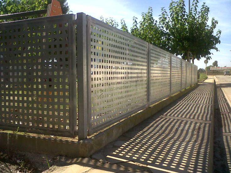 Verja residencial de hierro: Verja chapa perforada acabado galvanizado. - www.vinuesavallasycercados.com