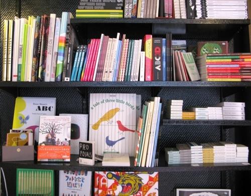 Napa, galeria/livraria - espaço com exposições de jovens artistas finlandeses e uma livraria com a mais interessante coleção de flipbooks que já vi. > Eerikinkatu 18