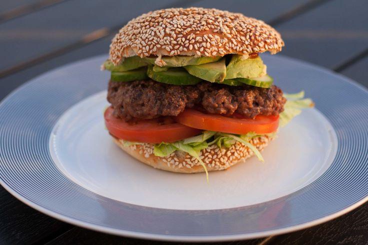 Herhjemme elsker vi hjemmelavede burgere. Det er nemt at lave og så smager de bare så godt med det rigtige fyld i. Hjemmelavet burger Ingredienser Burgerboller efter denne opskrift Salat Tomat Agurk Avokado Hakket oksekød, del 500 g i 3-4 bøffer Fremgangsmåde Lav bollerne efter opskriften. Skær agurk, tomat og avokado i skiver og snit...Læs mere »
