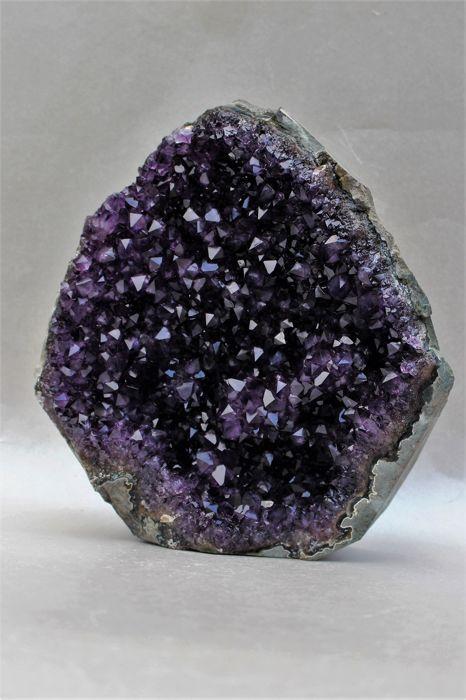 Premium paarse Amethist - 19.3 x 175 x 57 cm - 2370 g  Premium - Amethyst Druze met grote kristallen en diepe donkere kleurGewicht: 2370.00 gAfmetingen: 193 x 175 x 57 cmSnelle en veilige verzending  EUR 49.00  Meer informatie