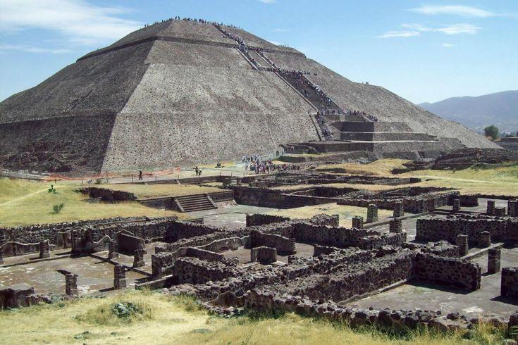 """Teotihuacan este cunoscut sub denumirea de """"oraşul zeilor"""" sau """"locul unde s-au născut zeii"""" şi se află la doar 50 de km de capitala Ciudad de Mexico. Este considerat unul dintre cele mai importante oraşe ale erei pre-hispanice care a avut la momentul respectiv 200 de mii de locuitori."""