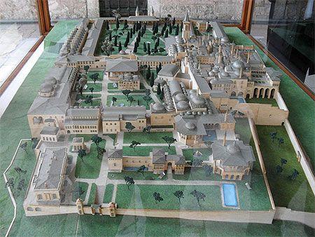Palais Topkapi La construction commence en 1459, sous Mehmed II, conquérant de la Constantinople byzantine. Par la suite, le palais impérial connaît de nombreux agrandissements : la construction du harem au cours du xvie siècle, ou les modifications après le tremblement de terre de 1509 et l'incendie de 1665. Le palais est un complexe architectural composé de quatre cours principales et de nombreux bâtiments annexes.