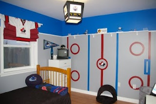 Hockey bedroom for every young fan! I love it. Two little ones in my house would go nuts over this hockey bedroom!