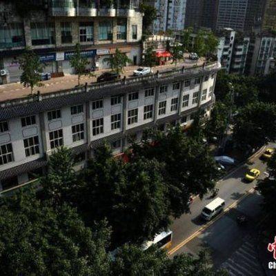 Jalan Raya Atas Bangunan  GAMBAR bangunan lima tingkat di bandar Chongqing China tular di media sosial kerana rekaan seni bina yang unik dengan dilengkapkan dengan jalan raya yang boleh dilalui kenderaan Chongqing sememangnya tidak asing lagi dengan reputasi seni bi... Readmore: http://babab.net/feed/