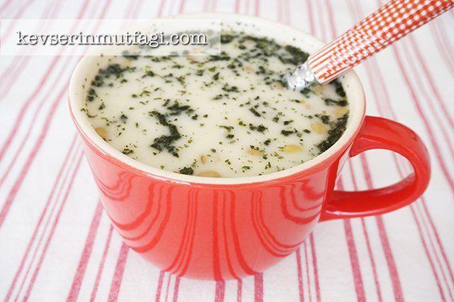 Mercimekli Erişteli Yoğurt Çorbası Tarifi - Malzemeler : 1 su bardağı yeşil mercimek, 1 su bardağı erişte, 3 tepeleme yemek kaşığı yoğurt, 1 yumurta sarısı, 2 yemek kaşığı tereyağ, 1 yemek kaşığı un, 2 tatlı kaşığı nane, 8-10 su bardağı su (eriştenizin kalınlığına göre ayarlayın), Tuz.