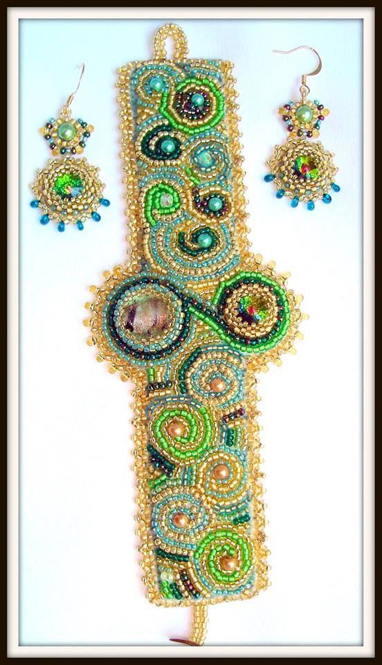 DREAMING TO THASSOS SET UNICAT brătara si cercei Tehnici: broderie cu margele, peyote Materiale: margele japoneze Toho, cehesti, Murano, de lampa, pietre semipretioase, cristale, perle cultura, etc UNIQUE SET bracelet and earrings Design si realizare Mireille Colours Bijuterii Design, realization by Mireille Colours Bijoux Techniques: beads embroidery, peyote Materials: japanese Toho beads, Czech crystals, semiprecious stones, cultured pearls, Murano beads, lamp, gold plated terminations