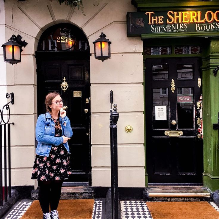 221B Baker Street Does anyone recognises this address ...We were lucky no peoplequeue was there ...