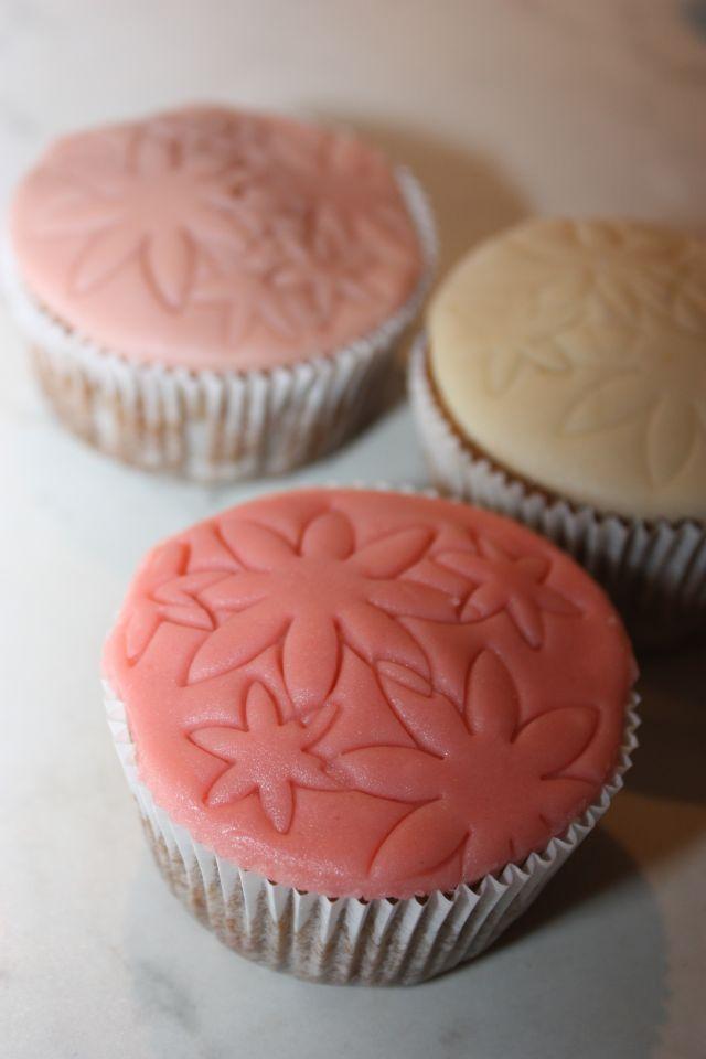 Ehhez+a+recepthez+a+Sacher+torta+receptjét+használtam.+Azért+szeretem,+mert+nagyon+csokis,+egyszerű,+nem+túl+édes,+és+nincs+benne+sütőpor.+Az+előző+gesztenyés+csokis+cupcake+(eredeti+amerikai+recept+szerinti)+tésztájához+képest+ez+–+szerintem+–+finomabb,+de+tény,+hogy+a+másik+omlósabb+maradt+több+napon+át+(2+napon+át...