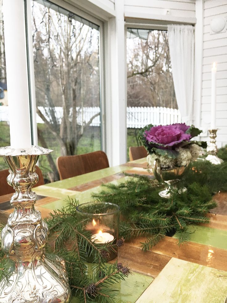 Juldukning med granris - letar du inspo till din dukning? Här har jag använt granris,renlav, kålblommor och bryter av med silverdetaljer för att ge lite mer elegans till det rustika. Setting the table for christmas the very nordic way. Spruce spray, flowers and silver details to lift up some elegance to the rustic style. Click through for more pictures!