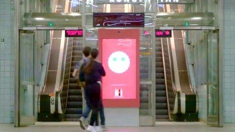 """¿Ya conoces el """"mupi de la felicidad"""" que imita nuestros gestos? campaña #choosehappiness Metro en Estocolmo.  video: http://goo.gl/T2axlB"""