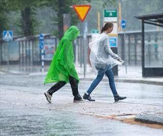 Det väntas bli en blöt måndag i delar av landet. SMHI varnar för rikligt regn i Östergötlands samt Södermanlands län, där det kan komma upp till 50 millimeter. Kulingvarning är utfärdad runt hela k...