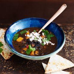 Recept voor spicy black bean soup. Pittig soepje van bonen, tomaat, pompoen en feta. Lees meer op ZTRDG.nl.