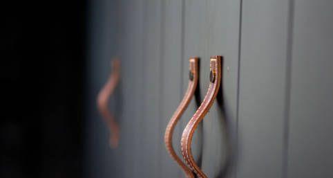 Spor i frontene og fine håndtak i skinn fra Turnstyle Designs.