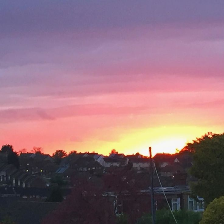 London's burning. Glorious sunset tonight in the direction of London Town #sunsetshots #sunsetoftheday #sunset #capturingcolour #sky_scapes #epig
