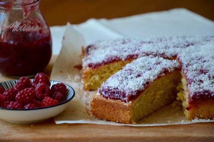 Piškotový koláč s malinovým džemem a kokosem #Dezert, #Džem, #JamieOliver, #KČaji, #Kokos, #Maliny, #MarmeládySPříběhem, #Pečení, #Piškot, #Recept, #Rychlé, #Sladké, #Snadné, #Vůně http://wp.me/p66AFB-lF