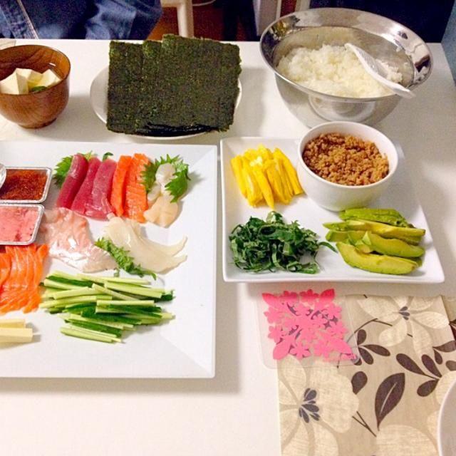 和洋の具材たくさん‼︎高級こしひかりをいただいたので手巻き寿司をしました。 茅の舎のお出汁の素もいただいたのでお吸い物も…頂き物ばかりでおいしくいただきました(*^_^*) - 15件のもぐもぐ - 手巻き寿司・お吸い物 by accachan096Y1