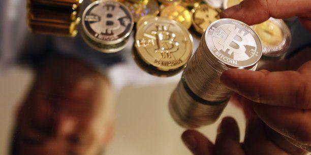 Créé en janvier 2009 par l'énigmatique programmeur informatique Satoshi Nakamoto, le bitcoin est une monnaie électronique échappant au contrôle de toute autorité centrale. 2013 aura été l'année de la consécration de ce nouveau phénomène mondial.