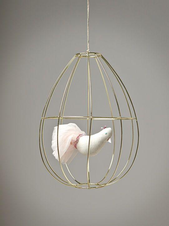 Tendre élément de décoration, la cage à oiseau créé une ambiance fraiche, légère et romantique. Détails Haut. 28 cm env. Oiseau en tissu garni de poly