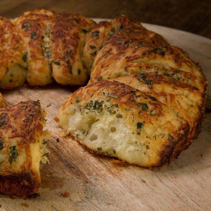Pour accompagner vos préparations à l'apéritif, et faire des petits toats, ou tout simplement pour les repas de tous les jours, préparez un délicieux pain...