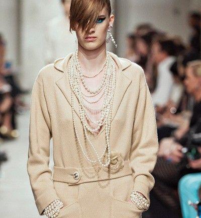 Chanel reinventando los collares de perlas  en su Colección Crucero Chanel 2014