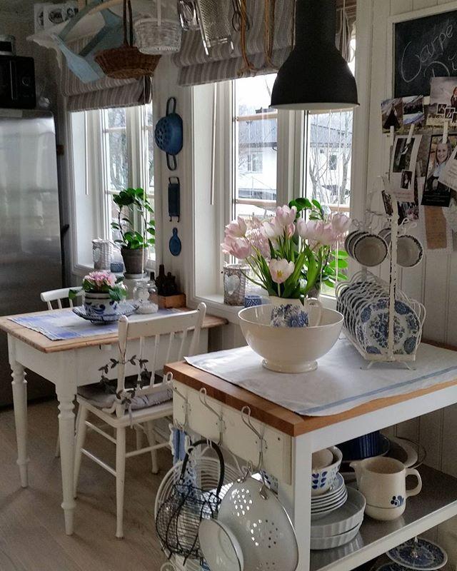Ein liten del av kjøkkenet  Som de ser er eg glad i gamle ting og den landlige stilen. Glad i blått og blomster  Før hadde eg blå vegger, lurer litt på å ta det tilbake... #levlandlig #landligstil #landstil #landligehjem #lantliv #lantlig #lantligthem #mynorvegianhome #vakkerthjem #boligdrøm #gamleskatter #gammeltporselen #countryliving#gjenbruk#reuse