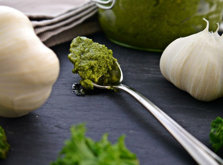 Pesto aus Grünkohl, Mandeln, Parmesan und bestem Olivenöl.   foodistas.de