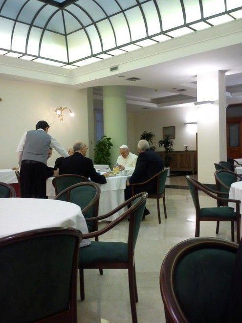 Seduto a un tavolo della sala ristorante del residence dove risiede, Papa Francesco fa colazione insieme ad altri 4 prelati. A postare la foto su Twitter è stato Francesco Grana, del Fatto quotidiano. Lo scatto è stato subito retwittato da altri colleghi vaticanisti