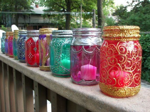 A beautiful moroccan mason jar. All you need is a jar, some glass paint and dimensional paint. I'm going to make these!ت