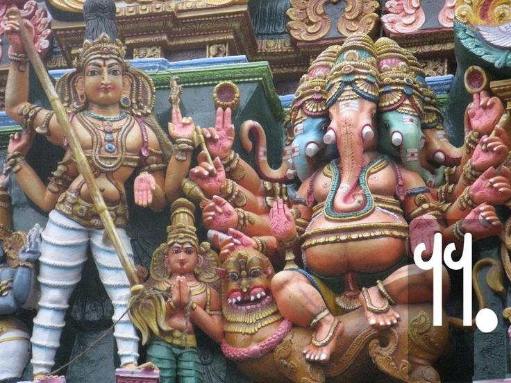 In questo pannello, Ganesh, un dio positivo, di buona fortuna. La testa di elefante gli è stata regalata dal padre Shiva, che, di ritorno da un viaggio, lo ha decapitato scambiandolo per un amante della moglie Parvati. La moltiplicazione delle teste (tre o cinque) è un motivo conosciuto anche nell'arte celtica e greco-romana, e indica generalmente un accrescimento dei poteri del dio.