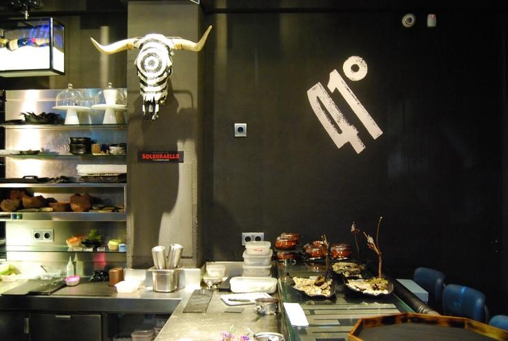 41º Experience... Restaurante de los hermanos Albert y Ferran Adrià. Se trata de una experiencia gastronómica sensorial que hará las delicias de los más atrevidos y gourmets. Es también un viaje de sabores a través de los paisajes nórdicos, vietnamitas y mexicanos sin abandonar nunca del todo las tierras catalanas.