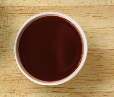 Rödvinssås är en svårslagen klassiker till en god köttbit. Låt rödlök, rött vin, kalvfond, soja och honung sjuda ihop till en härlig sås.