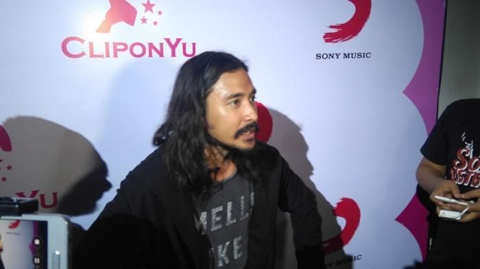 Artis Gondrong - 4 Pria Ini Tetap Macho dengan Rambut Panjang, Idola Kamu Ada?